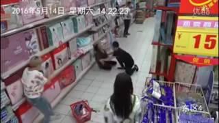 Une femme possédée dans un supermarché en Chine