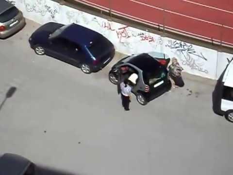 Mujer no puede estacionar su auto smart Bsmart B smart deuan