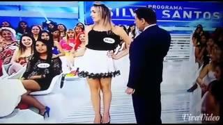 Silvio Santos levanta saia de convida-da
