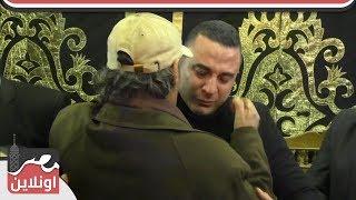 احمد سعيد ينهار بالبكاء فى احضان فاروق الفيشاوي بعزاء والده