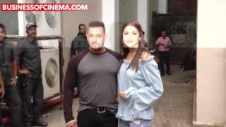 Salman Khan's Onscreen Lover Anushka Sharma Strikes A Pose At Sultan Promotions