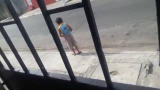 Kid pee and dont care cars passing