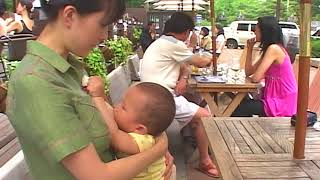밖에서 모유 수유하는 여성분