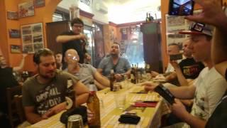 Magyar szurkolók a Core de Roma étteremben a Roma himnuszát éneklik