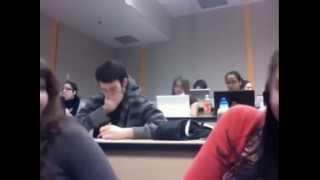 صدفة قوية . فتيات يصورن شاب وسيم داخل القسم.. شاهد ماذا فعل بالصدفة