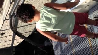 كوميدي| طفل يكتشف السلم الكهربائي انس محمد انس