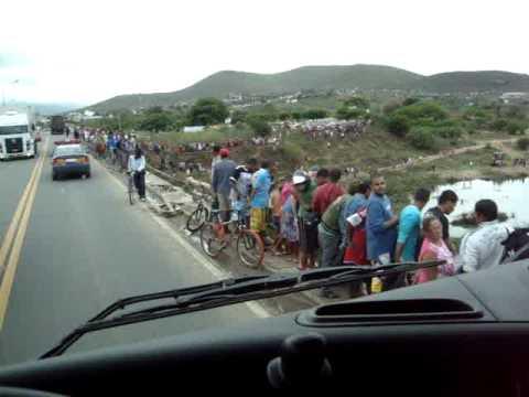 acidente BR 116 JEQUIE BA CARRETA CAIU DENTRO DO RIO