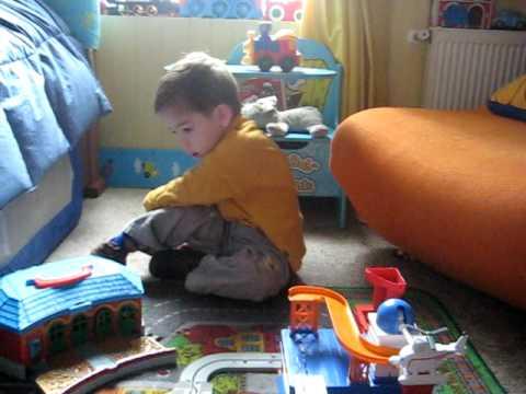 Pedrito es fanático de Thomas y de todos los trenes