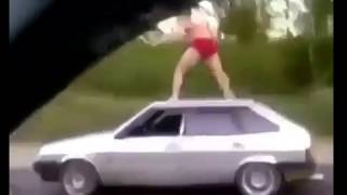 Araba uzerinde ciplak show yapan adam