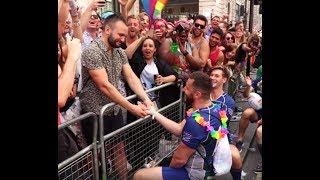 Jogador de rugby pede namorado em casamento na parada gay de Londres