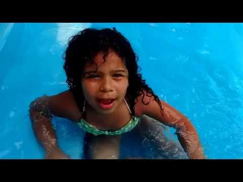 Sarah Emily na piscina
