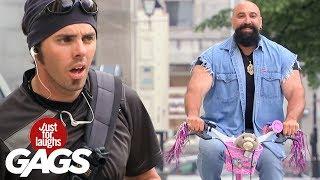 Rudo hombre en bici de niña
