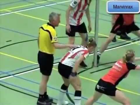 Arbitro Toca a Jugadora quedan en una posición incómoda