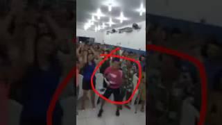Um homem dançando desse jeito numa igreja ver se pode .Kkkk