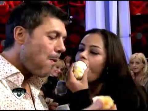 Showmatch 2011 Marcelo Tinelli comió la naranja de Larissa Riquelme