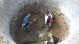 HAND DIGGING A WELL IN MEXICO Excavando a mano un pozo
