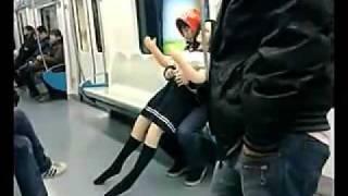 地铁惊现男子怀揣充气娃娃招摇过市