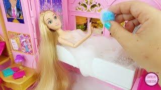 Cuidando de mis muñecas Rapunzel y Blancanieves por la mañana en la habitación de Princesas Barbie