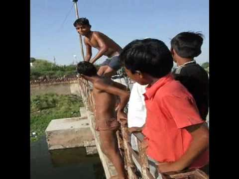 dirty kids, jumping from the bridge to a dirty lake, malaria, india, rajastan, udaipur