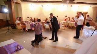 Девушка словила букет невесты,  и ее парень сделал ей предложение на свадьбе.