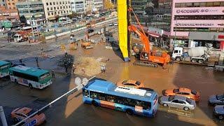 지하철 공사중 상수도관 파열 싱크홀 발생…일대 '물바다'