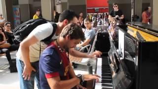 Màn song tấu piano của hai người đàn ông xa lạ gây sửng sốt   Văn hóa   Dân trí
