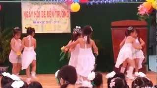mua ngay dau tien di hoc truong mam non Hoa Sen Bac Lieu .mp4 - YouTube.FLV