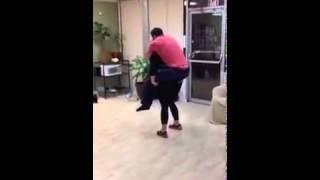 فتاة تحمل رجل