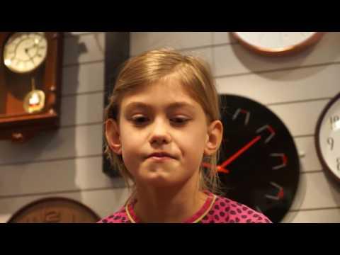 Karoline 10 år får hul i ørerne.