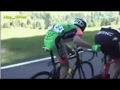 Ciclista le mete el dedo a un rival en plena competencia