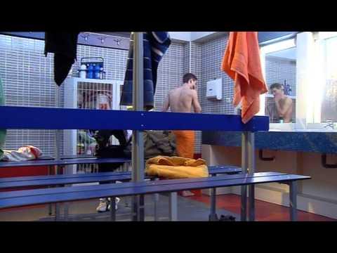 FOQ Salva espía a Yoli desnuda en el vestuario de chicas