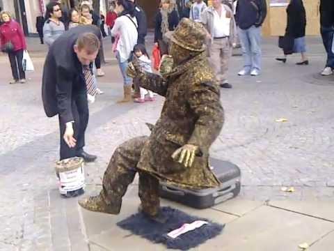 Manusia Patung dengan kaki paling kuat