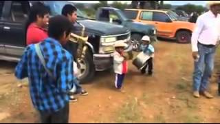 Banda de niños tocando juan colorado