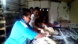 Revolviendo la masa para las conchas