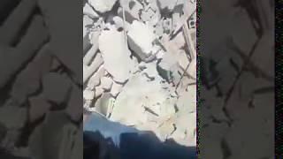 """من تحت الأنقاض.. طفلة تصرخ """"يا بابا دخيلك"""" لينتشلها من تحت ركام منزلها في ريف إدلب"""