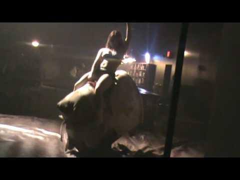 chica sexy monta toro mecanico R B D Feb 21