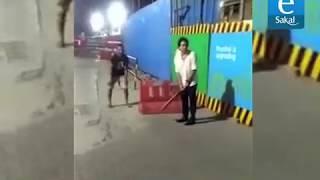 सचिनलाही आवरला नाही गल्ली क्रिकेटचा मोह   Sachin Tendulkar Gully Cricket Viral Video