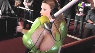 Radio 538: Chelsea Charms kwam langs bij Niels & Froukje (live vanaf de Kamasutrabeurs)
