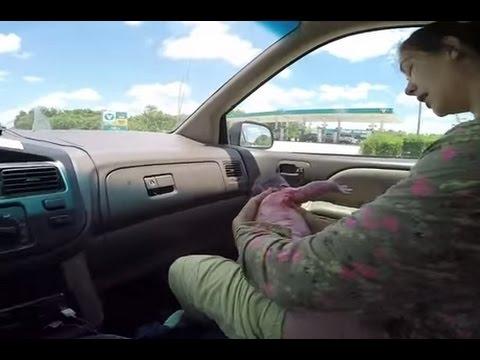 Mulher dá a luz a filho no banco da frente do carro Imagens FORTES