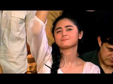 Syuting Film Dewi Perssik Tertelan Ombak