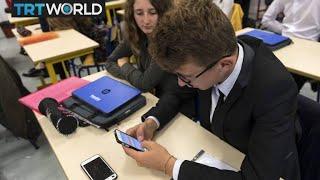 Should schools ban smartphones?
