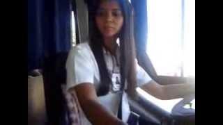 Jana dirigindo ônibus