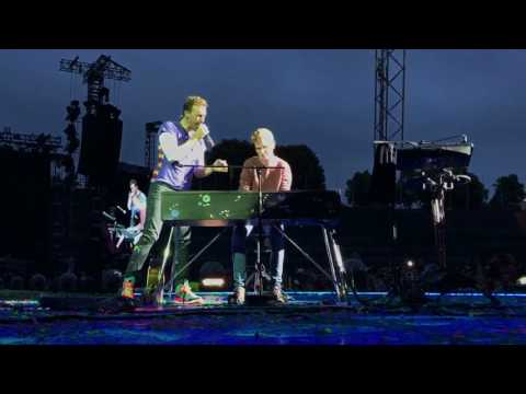 Chris Martin performs Everglow with a fan in Munich - June 6, 2017