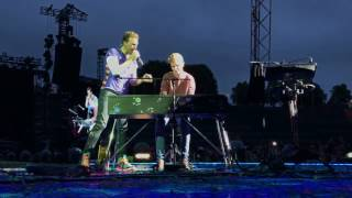 Chris Martin Performs Everglow With A Fan In Munich  June 6 2017