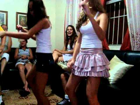 Daany e Maay dançando UH PAPAI CHEGOU ;