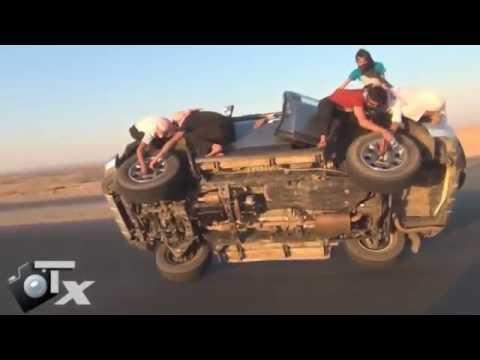Árabes trocam pneus de carro em movimento