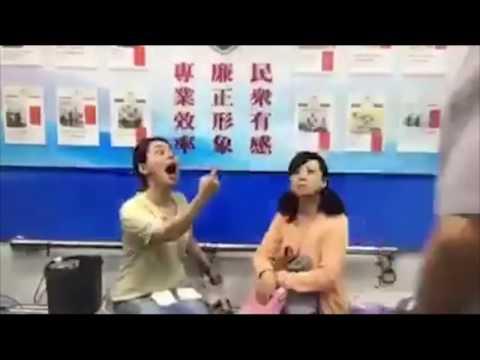 Kocak! Ibu Ibu Ngamuk Di Kantor Polisi Mirip Vokalis Band Rock