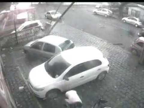 Um Tornado Ou vento com raio arrasta carros e destrói muro e placas da Euro Print em Curitiba Pr