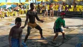 Meninos Dançando A Revolta de Raghatoni =) em Axé Moi Porto Seguro