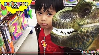 PET DINOSAUR goes to the supermarket - Grocery shopping playtime with dinosaur toys for kids
